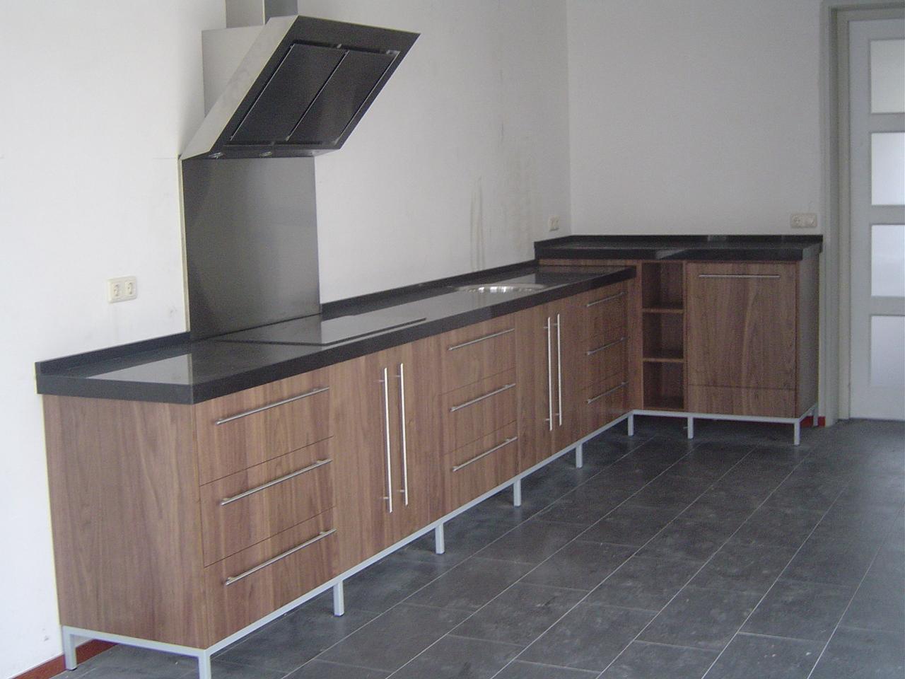 Hoekkast Keuken Draaiplateau : Keuken notenhout op metalen frame Keuken met eiken (grepen) omlijsting